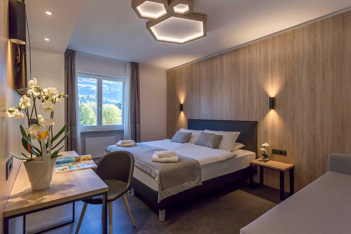 https://www.gruppo5.it/wp-content/uploads/2018/10/arredo-moderno-montagna-hotel-tourist-1.jpg