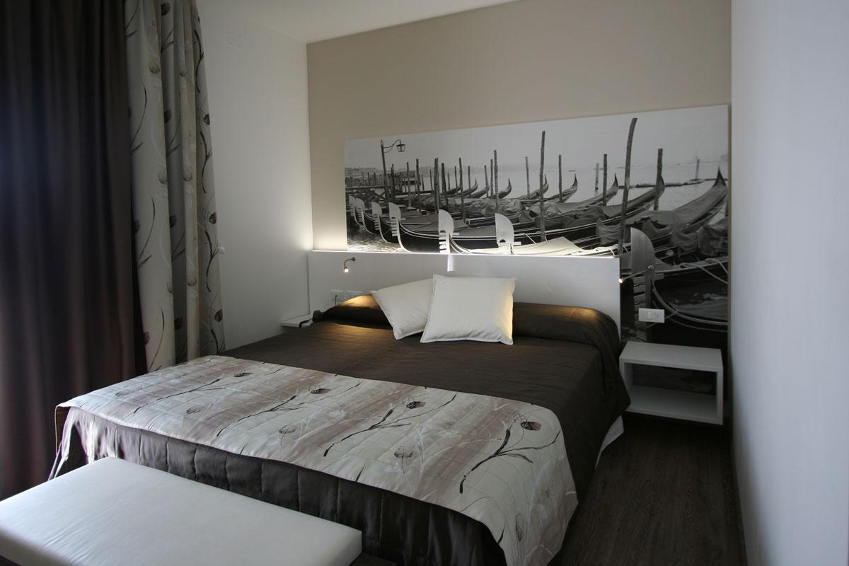 camera moderna con letto sommier