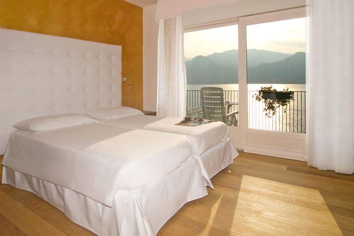 Camera d'albergo con letto in pelle