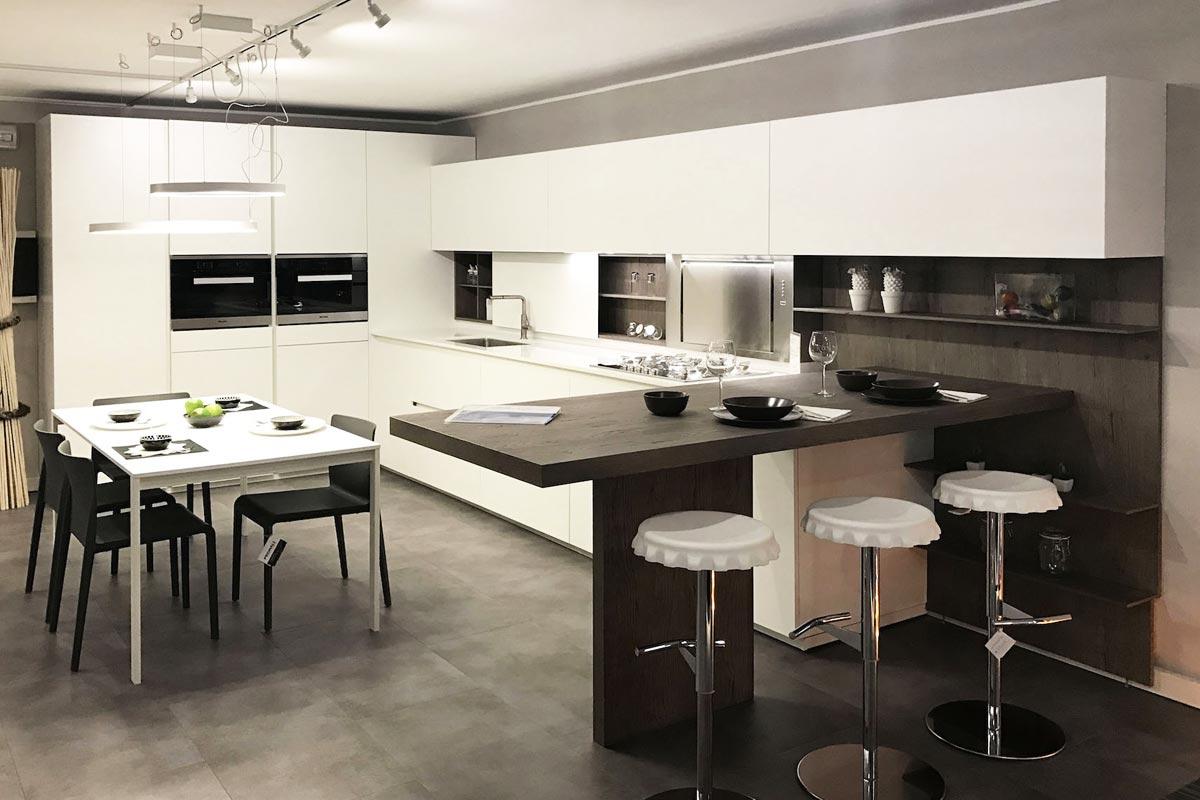 https://www.gruppo5.it/wp-content/uploads/2019/05/12-cucina-laccata-bianca-occasione-gruppo5.jpg