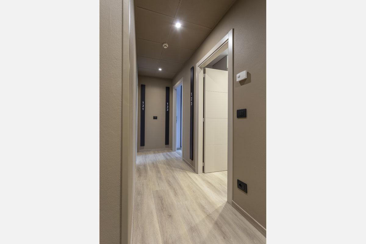 1-corridoio-hotel-arredo-moderno-minimale