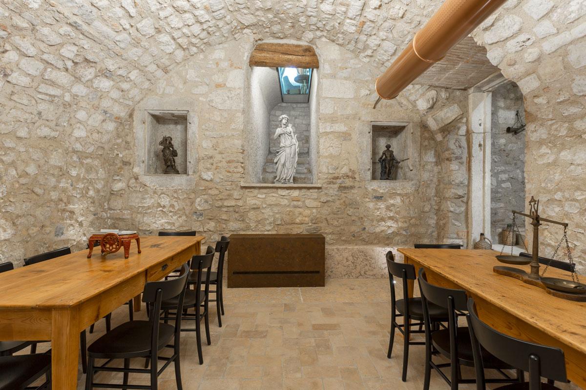 12-arredo-rustico-moderno-sala-degustazione
