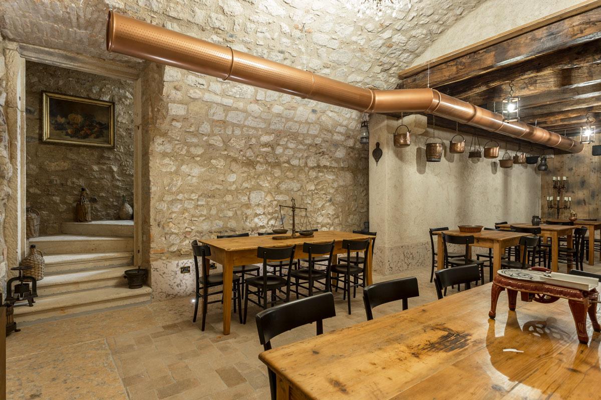 18-arredo-rustico-moderno-sala-degustazione