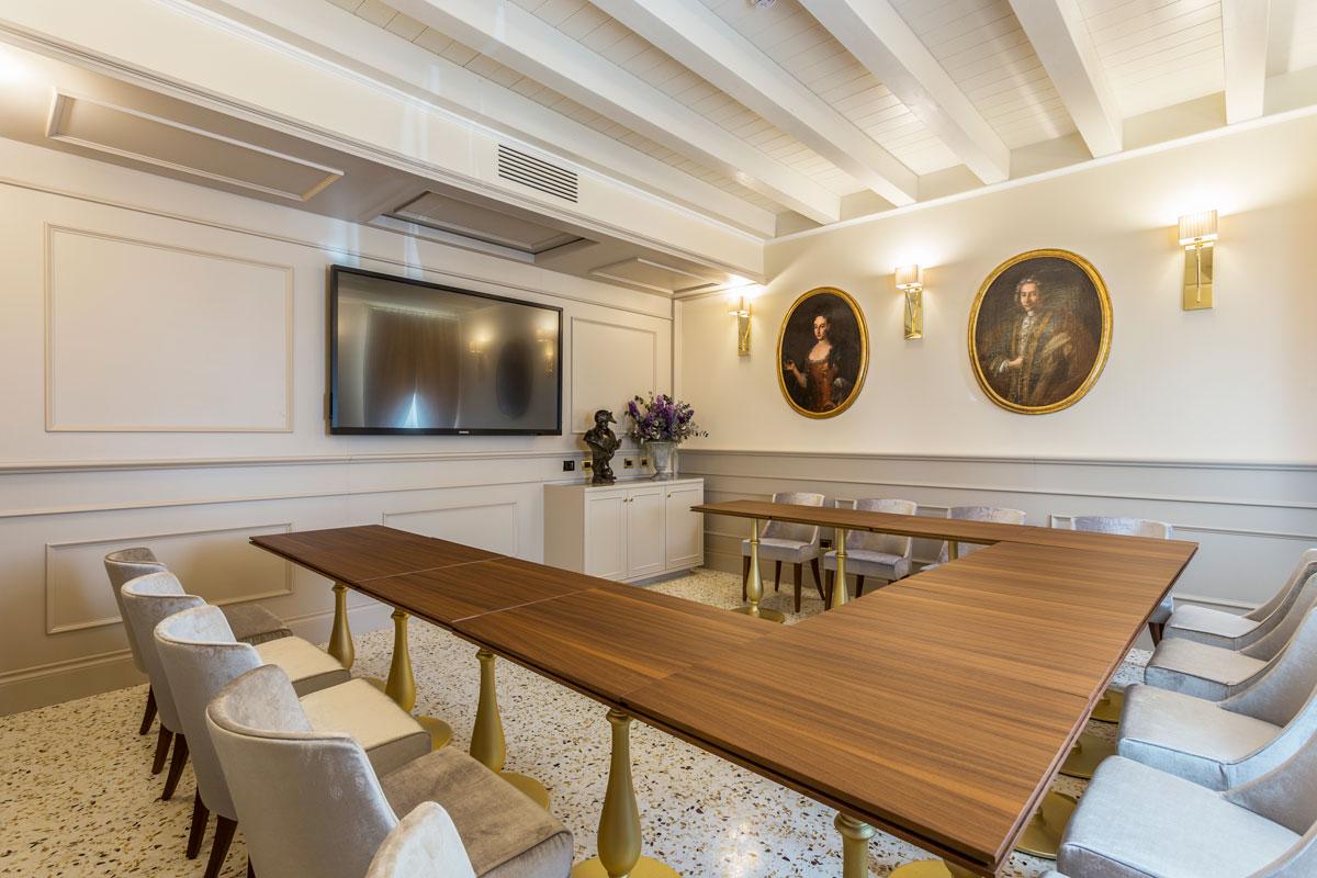 https://www.gruppo5.it/wp-content/uploads/2020/07/2-arredo-contemporaneo-sala-meeting-hotel.jpg