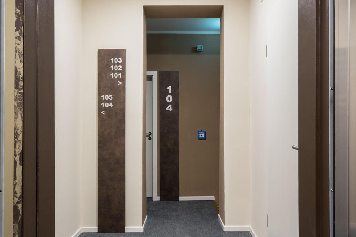 2-corridoio-hotel-arredamento-moderno