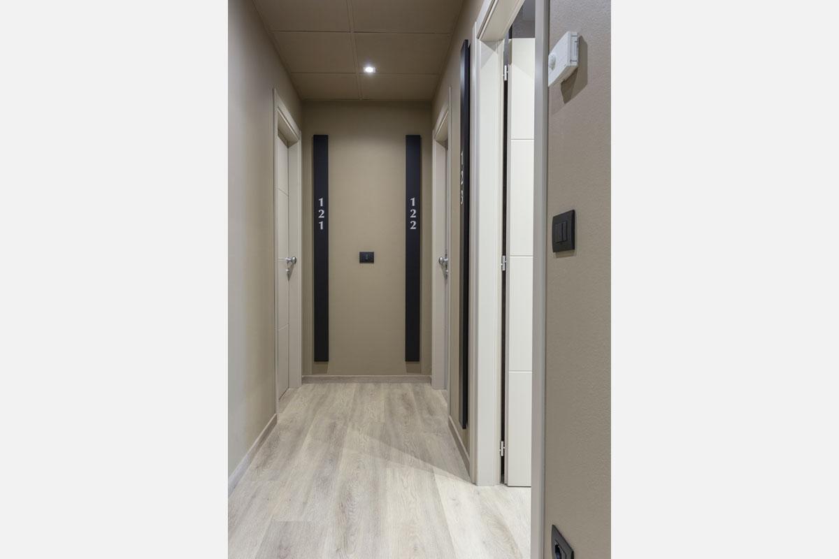 2-corridoio-hotel-arredo-moderno-minimale