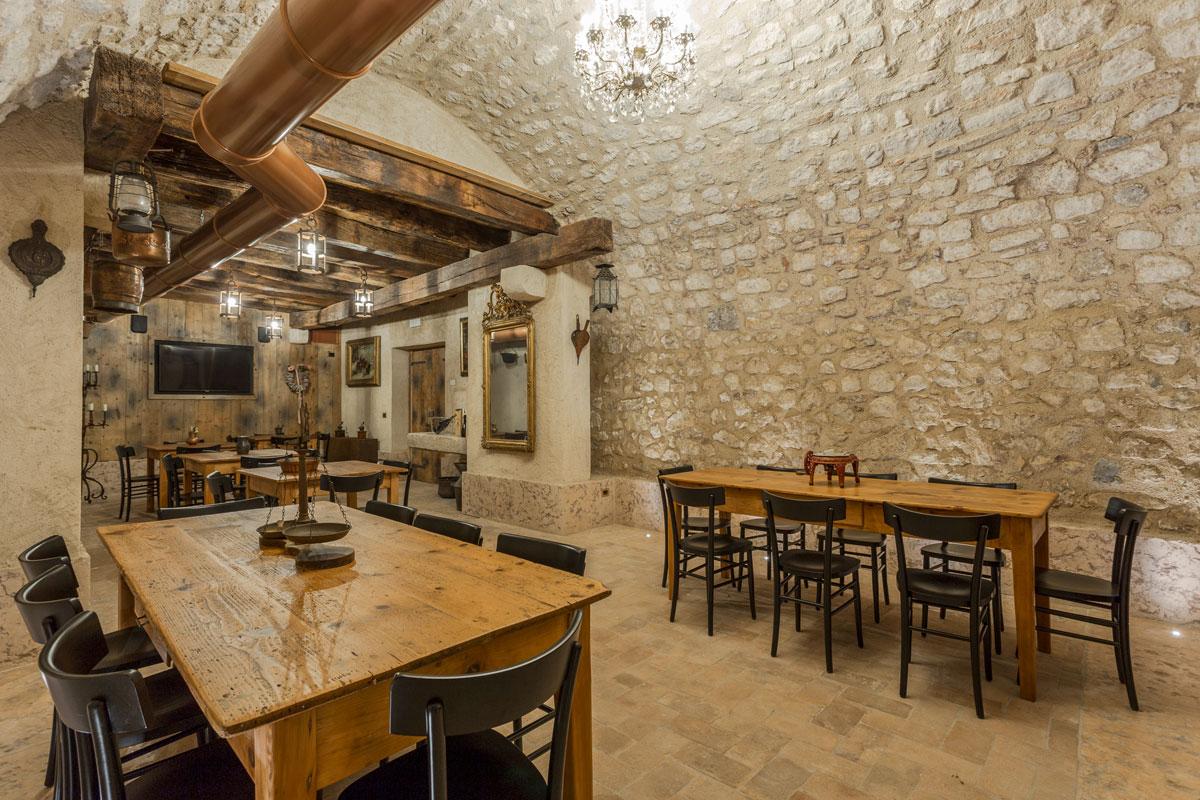 21-arredo-rustico-moderno-sala-degustazione