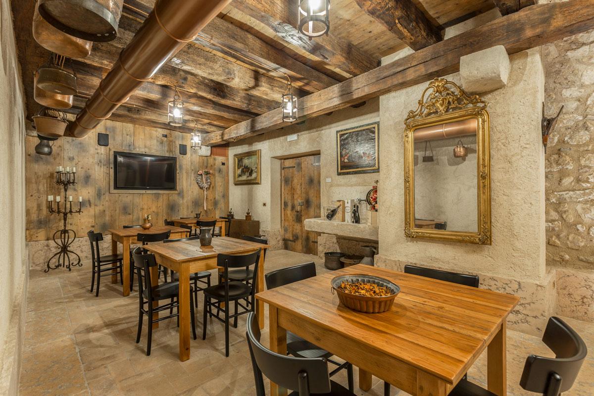 22-arredo-rustico-moderno-sala-degustazione