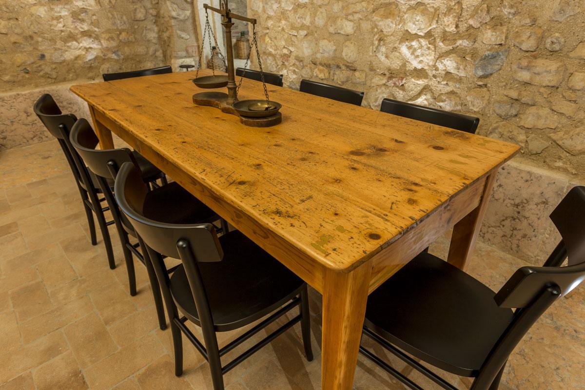 24-arredo-rustico-moderno-sala-degustazione