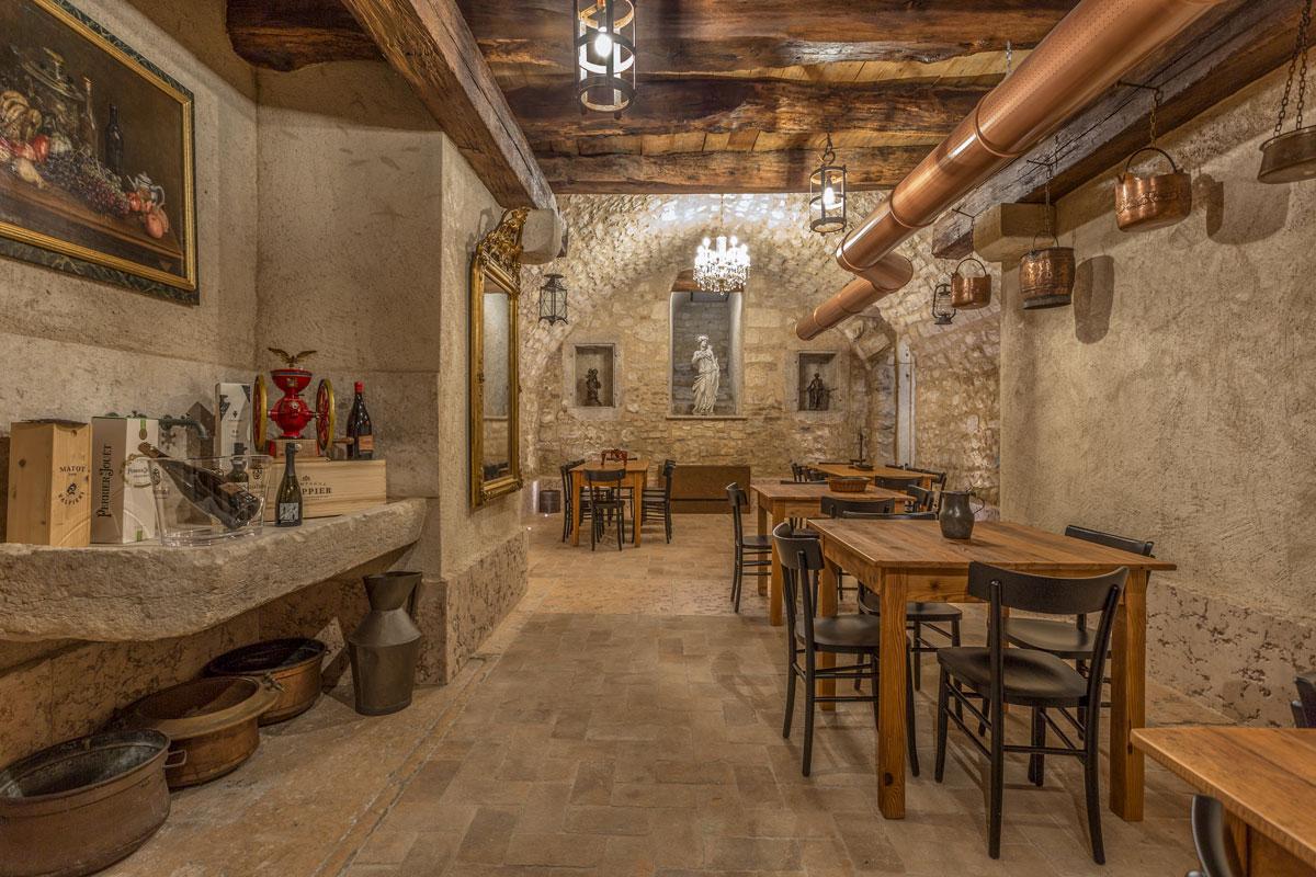 4-arredo-rustico-moderno-sala-degustazione