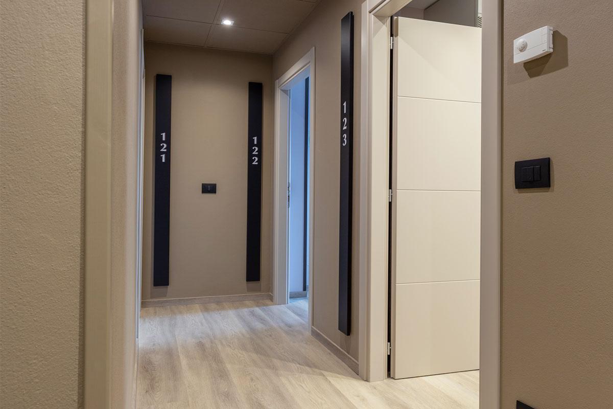 https://www.gruppo5.it/wp-content/uploads/2020/07/4-corridoio-hotel-arredo-moderno-minimale.jpg