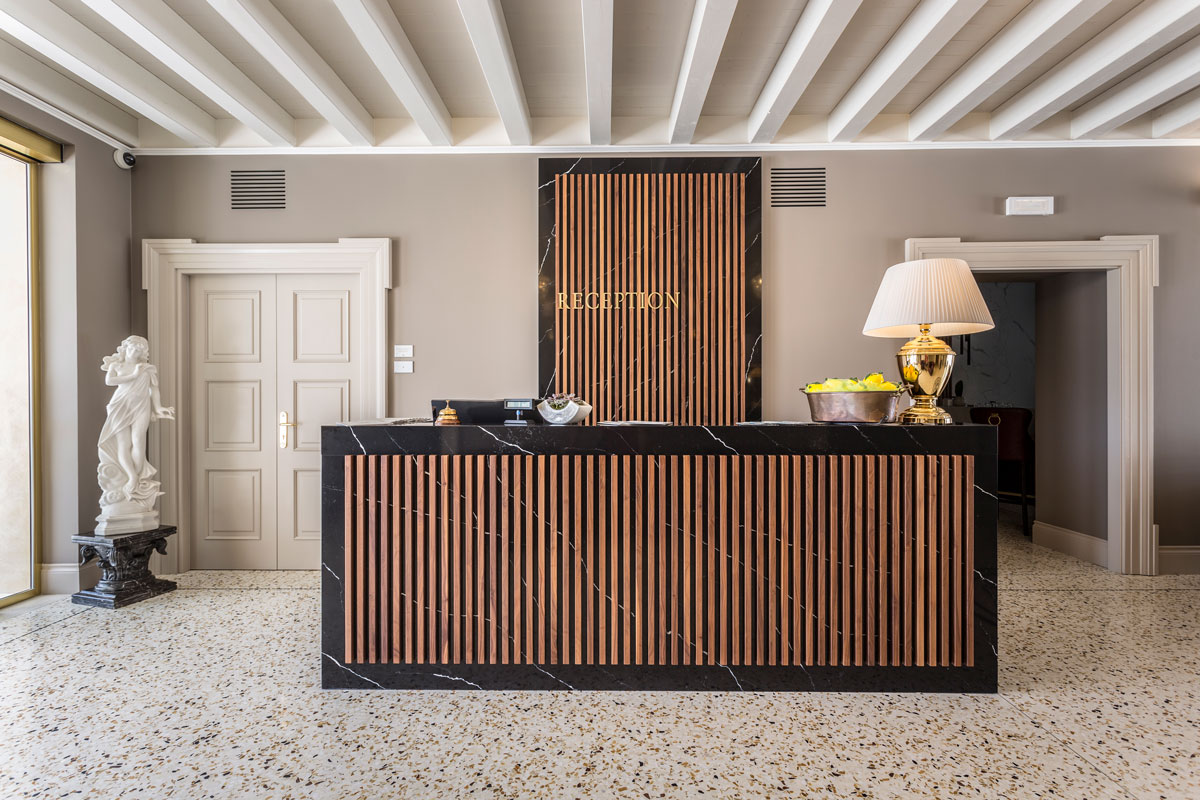 https://www.gruppo5.it/wp-content/uploads/2020/07/5-arredo-reception-hotel-di-lusso.jpg