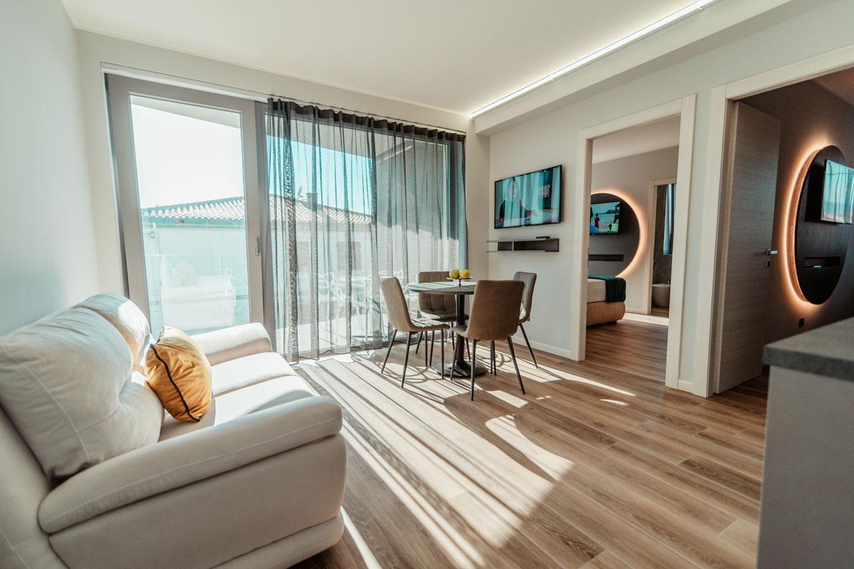 https://www.gruppo5.it/wp-content/uploads/2020/08/arredamento-residence-moderno-1.jpg
