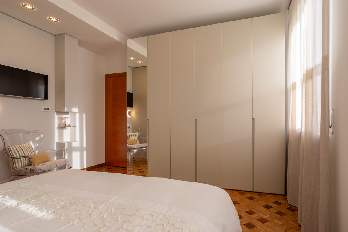 11-camera-matrimoniale-moderna-toni-caldi