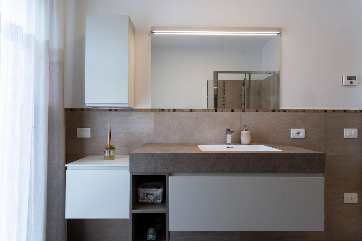 4-arredo-bagno-moderno-effetto-pietra