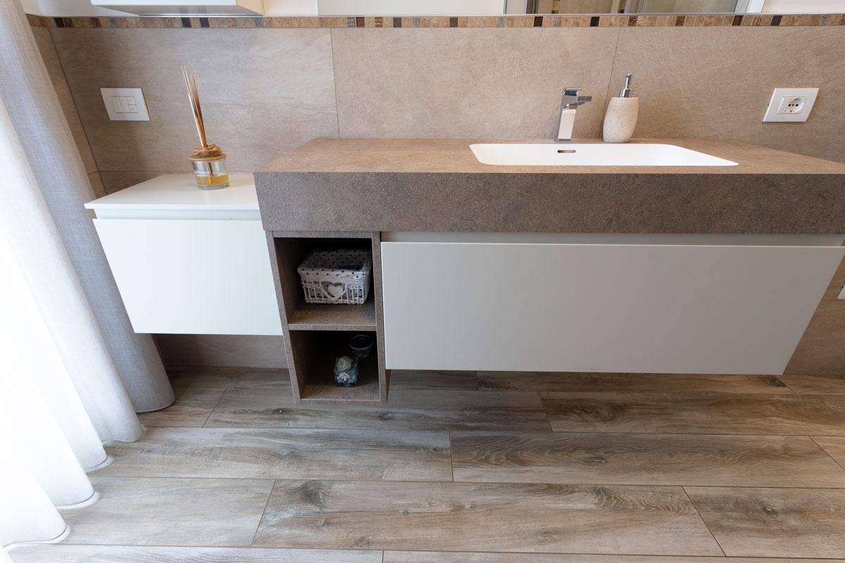 6-arredo-bagno-moderno-effetto-pietra