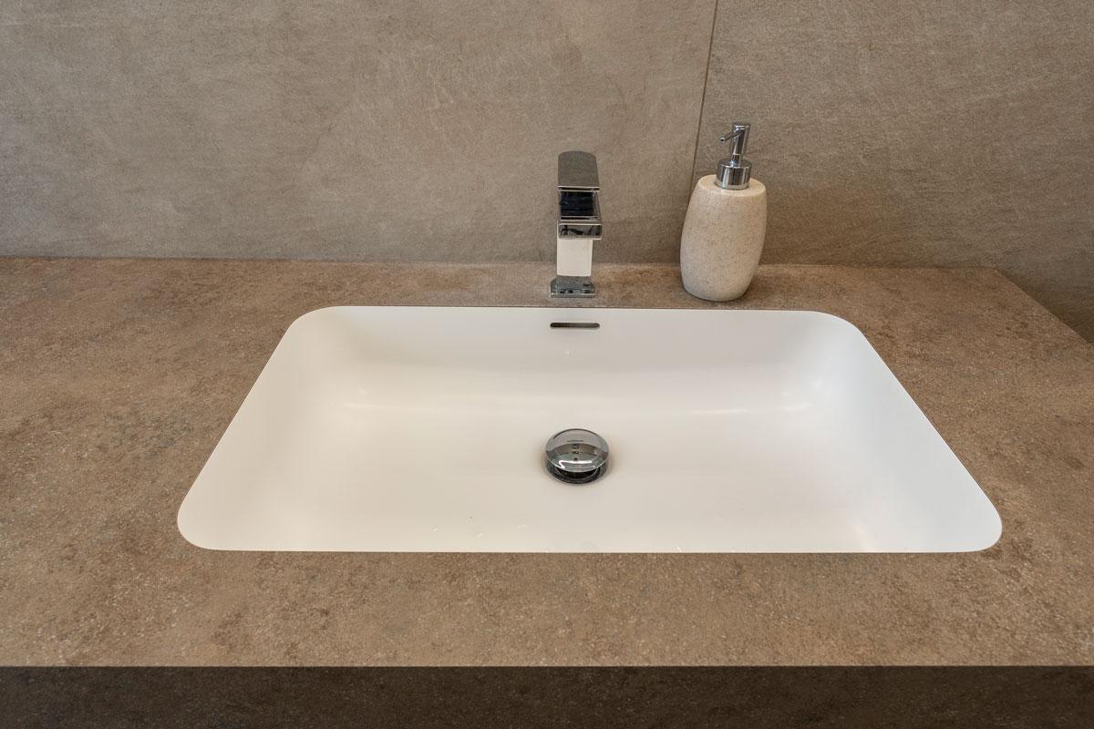 7-arredo-bagno-moderno-effetto-pietra