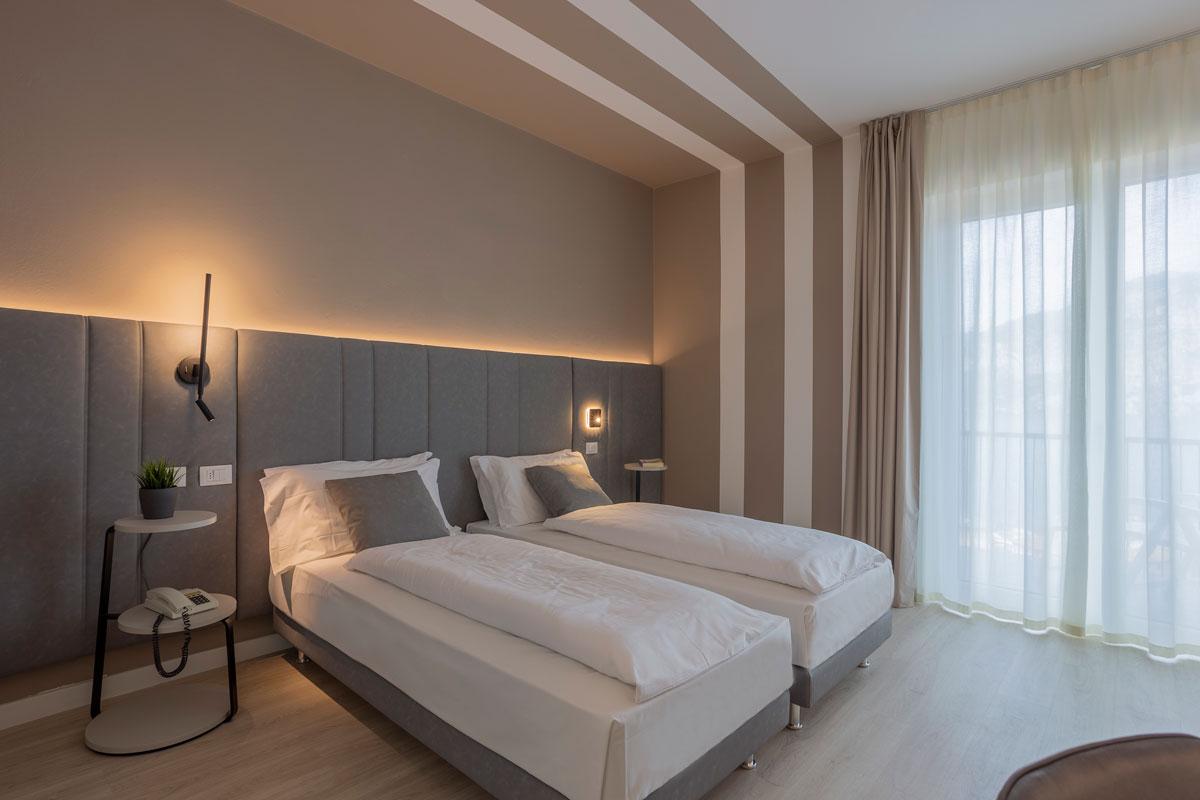 https://www.gruppo5.it/wp-content/uploads/2021/07/9-arredo-moderno-funzionale-hotel-mare.jpg